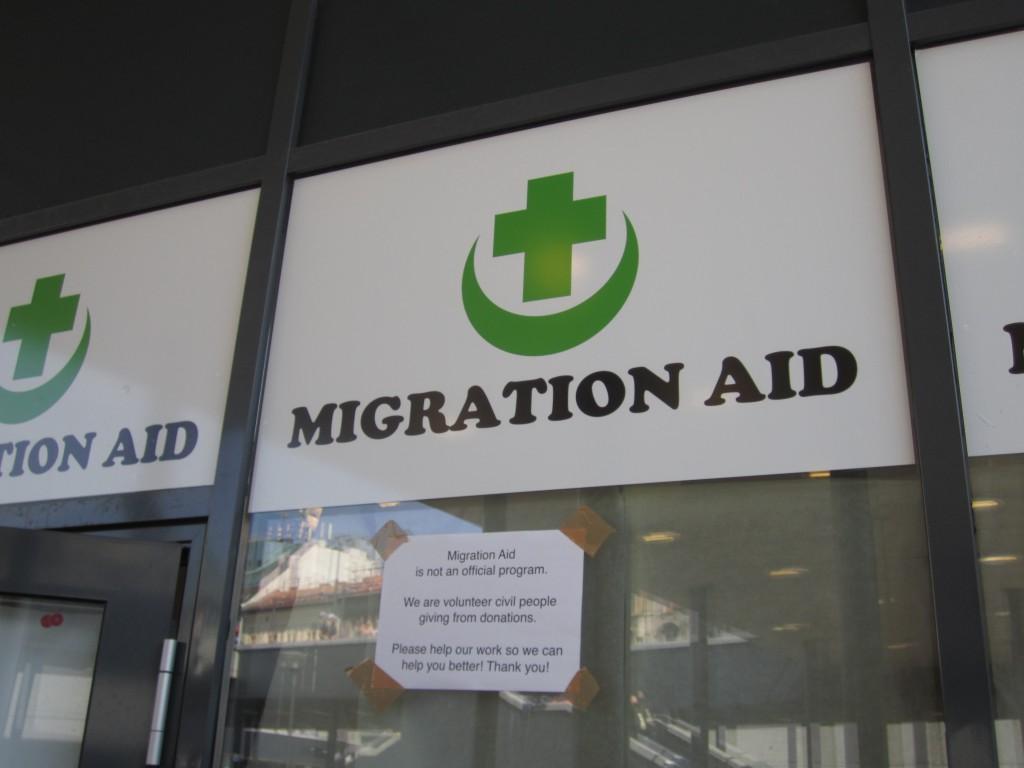 Der UHNCR oder das Rote Kreuz sind nicht vor Ort. Hilfe leisten ausschließlich ehrenamtliche Helfer, die sich über das Internet koordinieren.
