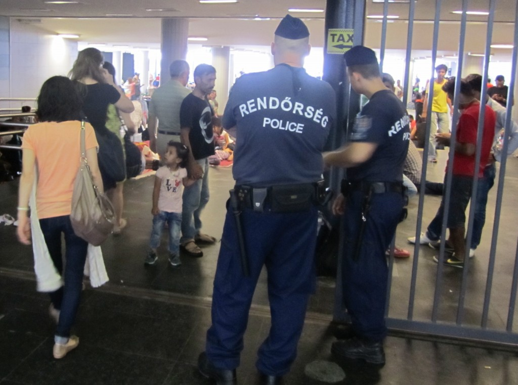 Polizei am unterirdischen Eingang